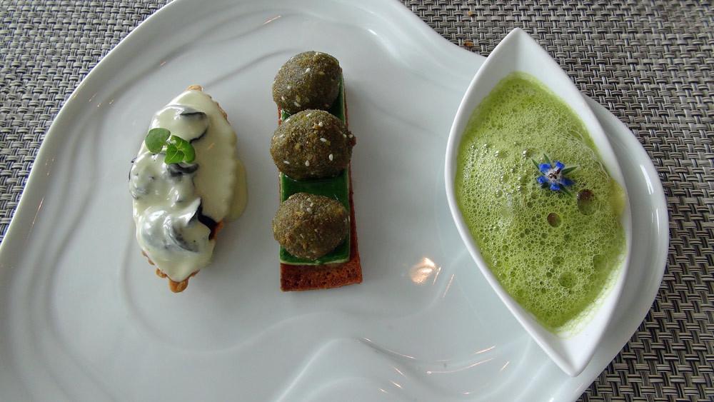 L'Escargot de Bourgogne dans tous ses états, cachés dans une raviole au cresson, au bleu de Laqueuille, en cromesquis vert persillé