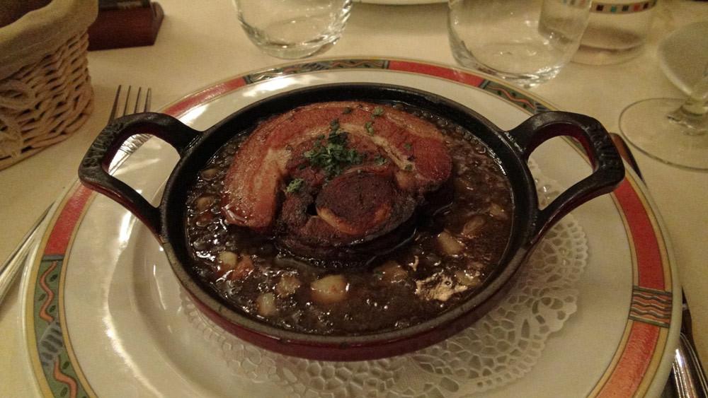 Poitrine de cochon farcie au boudin blanc, confite puis poêlé croustillante
