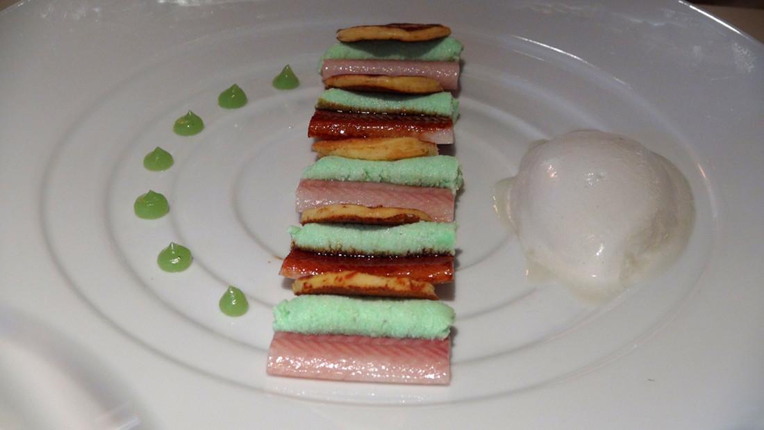 Anguille fumée et laquée avec une crème de mozzarella au wasabi, blinis et sorbet au Roquefort