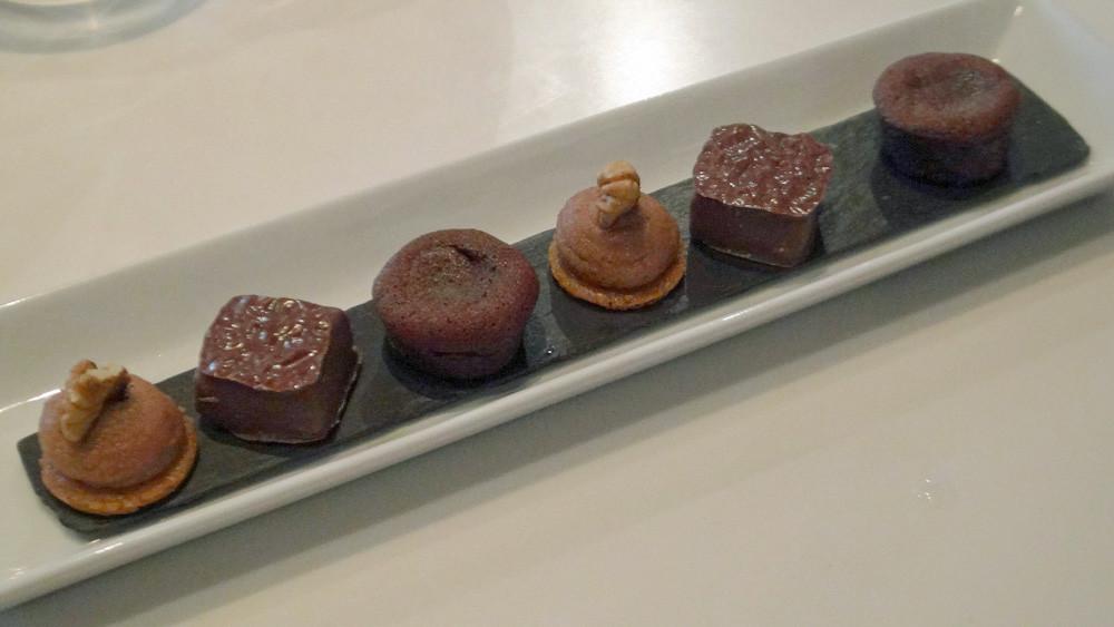 Mignardises : Moelleux au chocolat -  Palet chocolat lait/cacahuète - Petit sablé, crème praliné et noix du jardin
