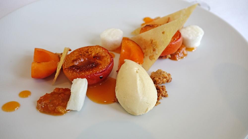 Abricots rôtis, tuile et crumble cacahuètes, abricots frais et mousse au citron, glace aux fleurs d'acacia