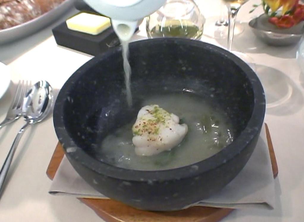 Lotte dans un bouillon clair à la noix de coco