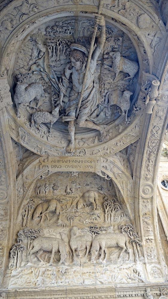 L décor sculpté de la voûte d'enjambement