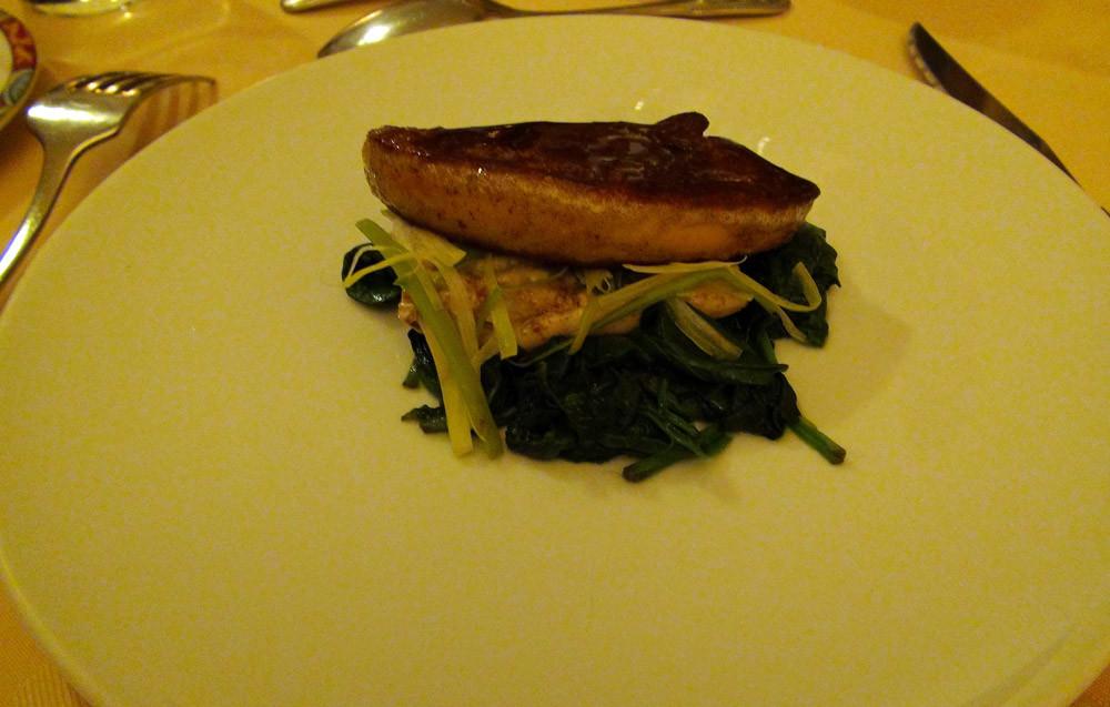 La salade de raie et son foie gras de canard poêlé déglacé au vinaigre de framboise