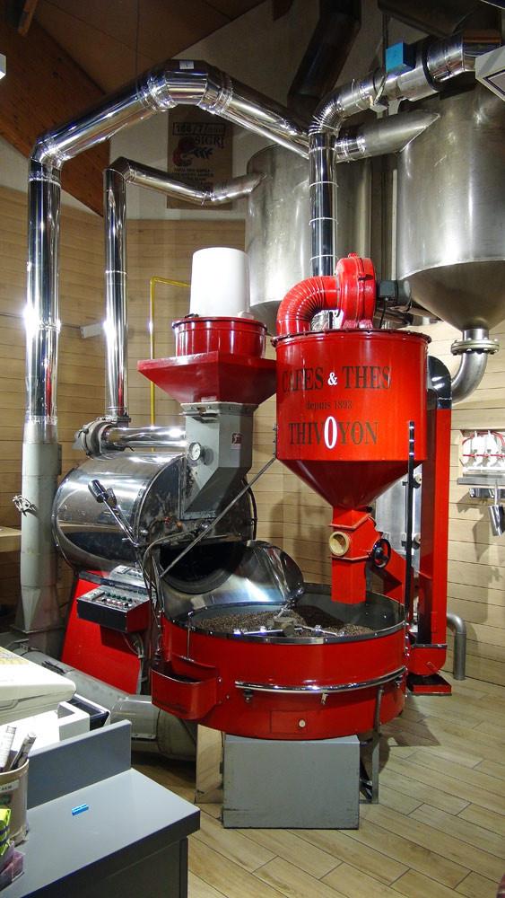 Le torréfacteur (cylindre) et le refroidisseur (plateau circulaire)