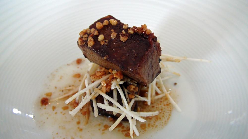 Langue de bœuf croustillante grillée à la plancha et bâtonnets de céleri au sel de genièvre