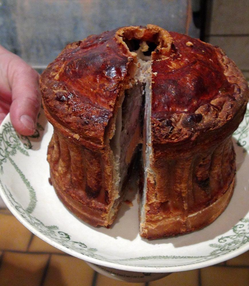 Pâté de Tours à la géline de Touraine, poire tapée, foie gras (de quoi ?) et sa fine gelée au Vouvray