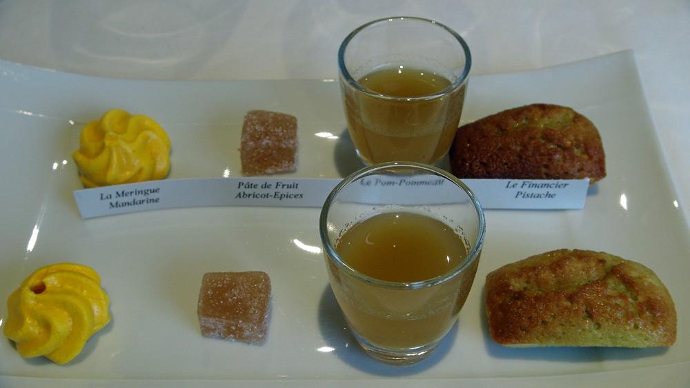Mignardises : Meringue mandarine, Pâte de fruits abricot-épices, Pom-pommeau & Financier-pistache