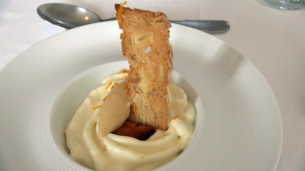 Mousse chocolat blanc, glace au vinaigre balsamique et zestes d'orange râpée