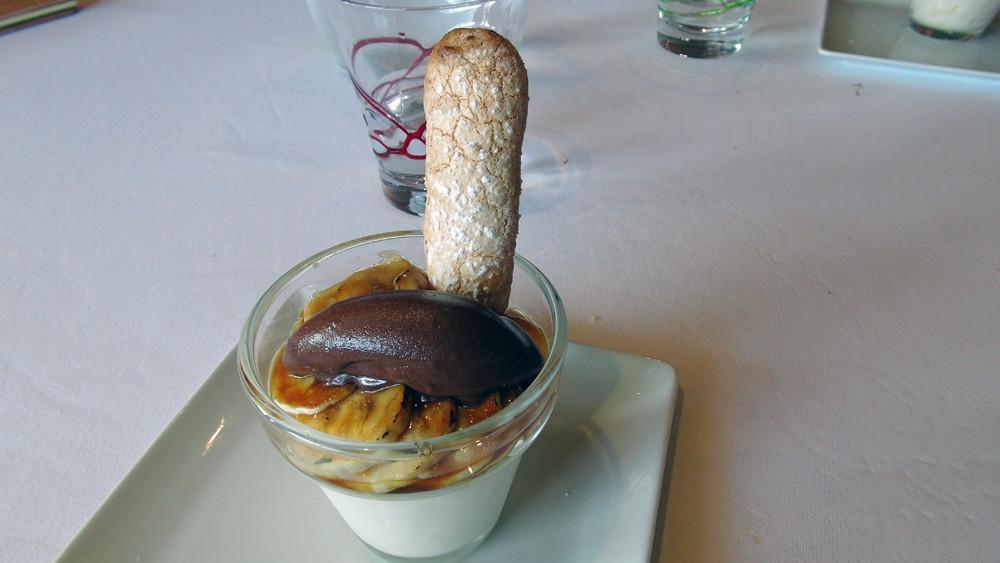 Meringue battue au rhum, bananes rôties et sorbet chocolat