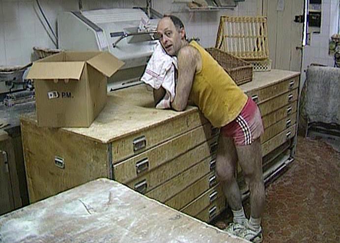 """Luc Mano se réveille (Photo tirée du DVD """"Les secrets de cuisine de Bernard Pacaud"""" de Frédéric Laffont)"""