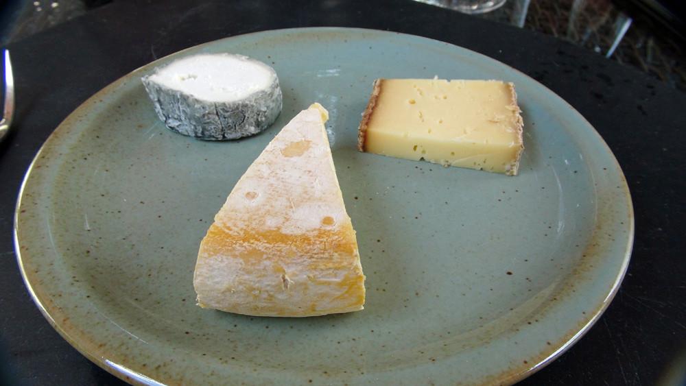 Assiette de fromages : Sainte-Maure de Touraine - Reblochon - Tomme de Savoie