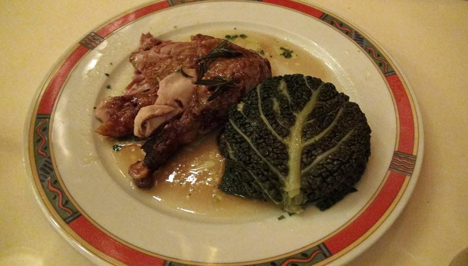 Pintade fermière rôtie à la broche, gâteau d'embeurré de chou vert, jus au romarin