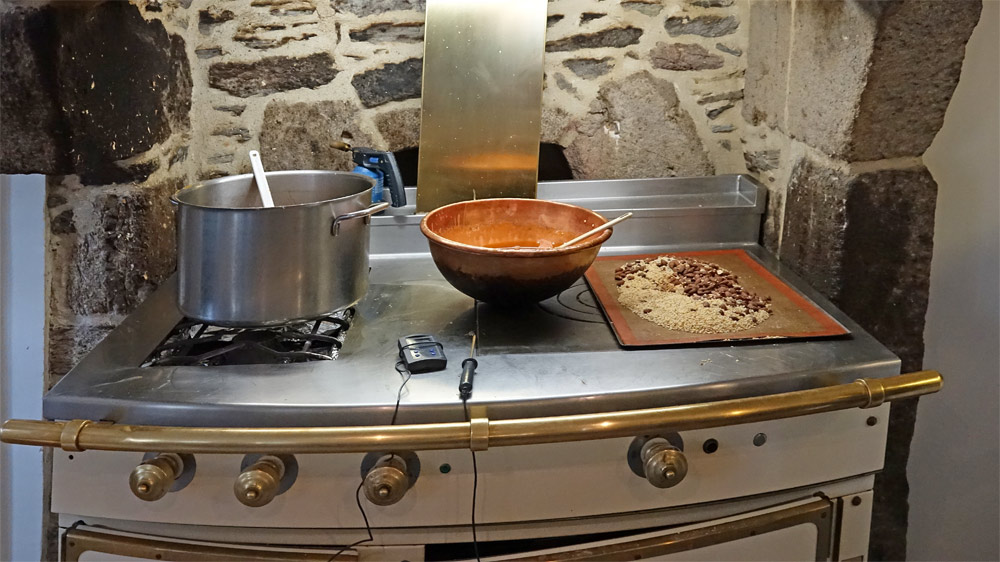 Préparation d'un praliné en bassine de cuivre