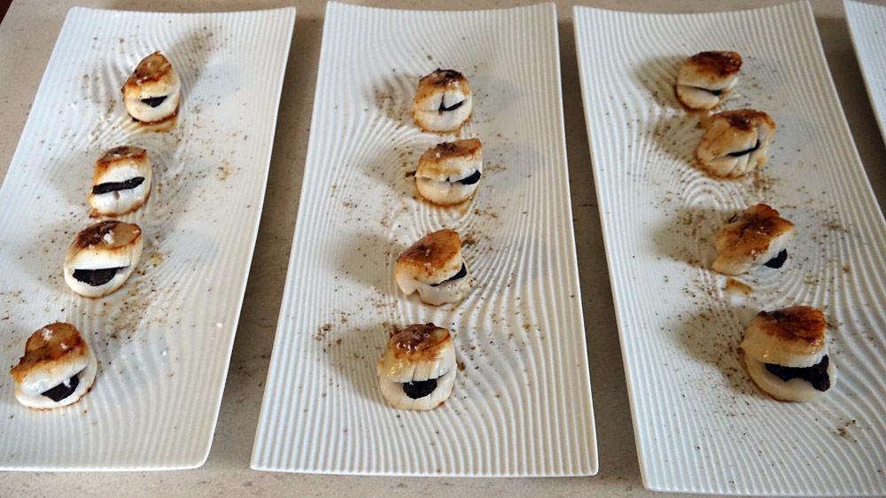 Quelques unes des truffes avec des Saint-Jacques