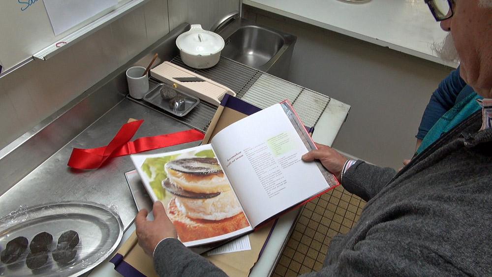 """Alexis Pélissou montre son livre """"La truffe sur le soufflé"""""""