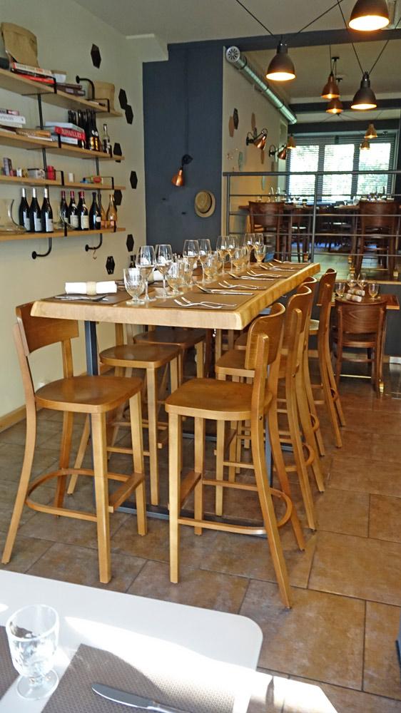 Une table de la salle du RDC, vue de la rue