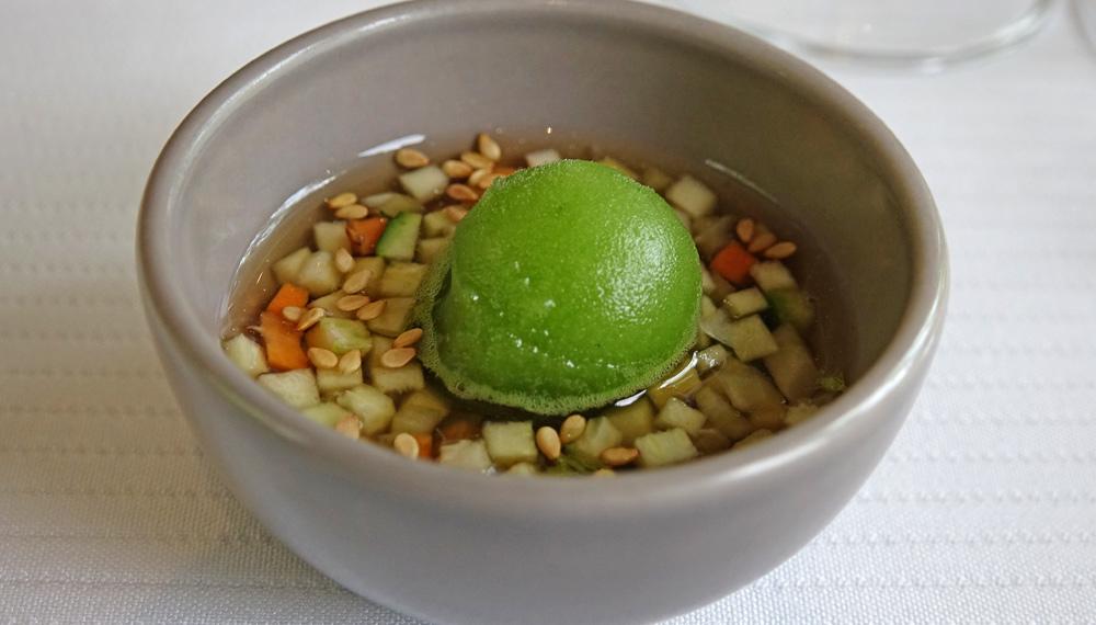 Verrine de thé vert, petits légumes et glace au basilic