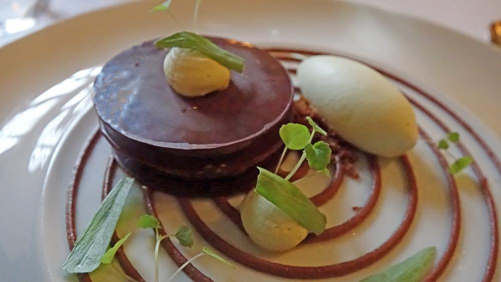 Chocolat Valrhona craquant | crémeux estragon | crème prise fève de Tonka | biscuit moelleux | glace estragon