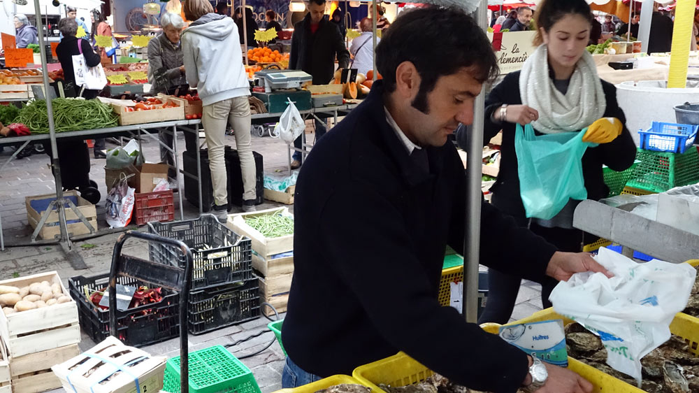 Raymond Kadem sur le marché du samedi matin à  Saumur