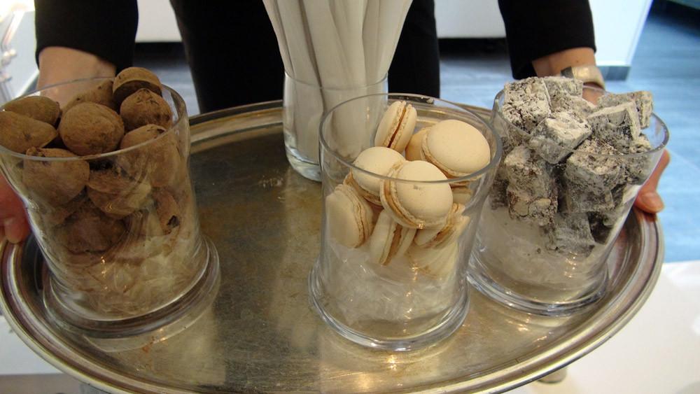 Mignardises : Chocolat - Macaron chocolat/caramel - Nougat italien