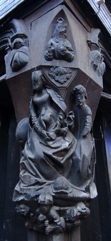 Détail d'une sculpture en bois de la maison d'angle