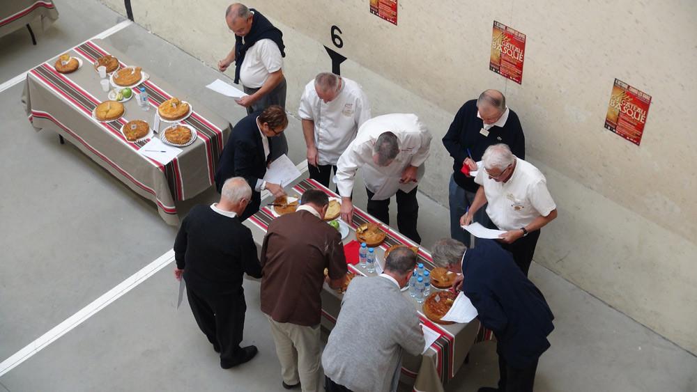 Le jury du meilleur gâteau basque en totale réflexion