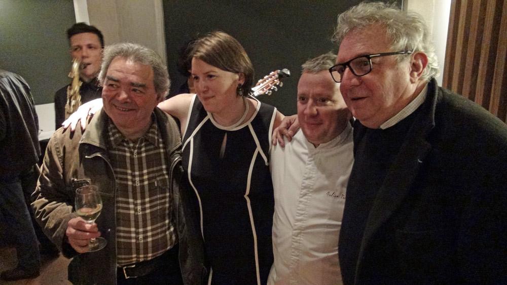 Barbara & Julien Perrodin posent, entourés de Jacky Dallais et (?)