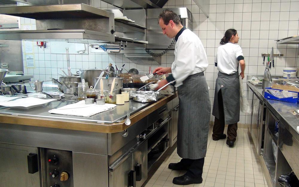 Steve Naessens, le second de JPJ, aux fourneaux, préparant notre agneau