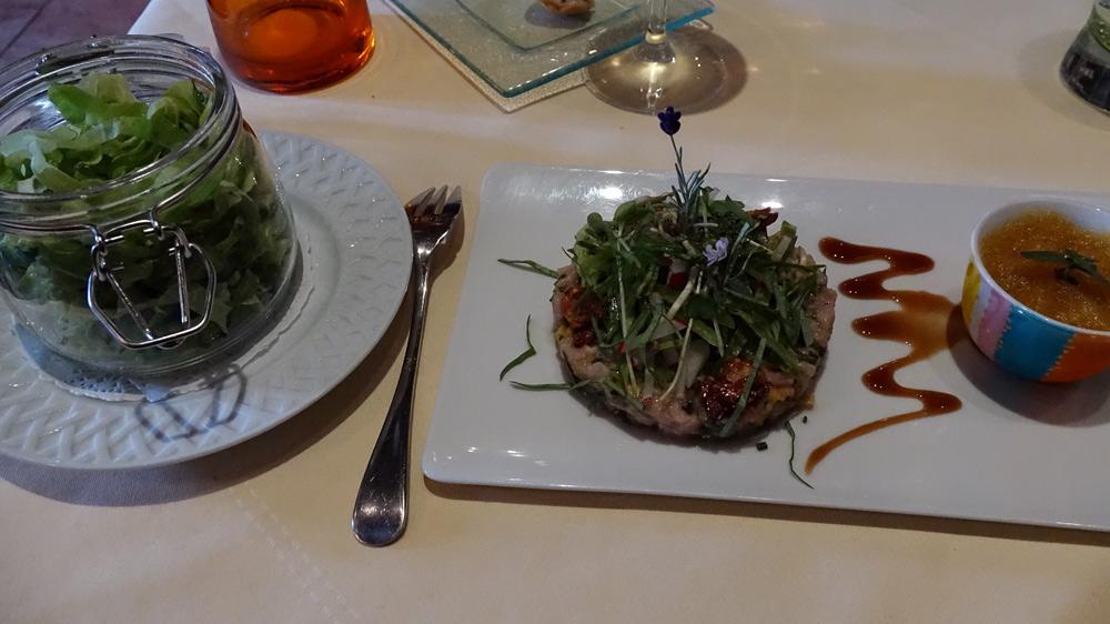 """Tartare de poissons du moment coupé au couteau, fines herbes, sauce vierge à la mangue et gingembre, petite salade, """"chouchou"""" d'ail et espuma au curry des maharadjas et ache des montagnes"""