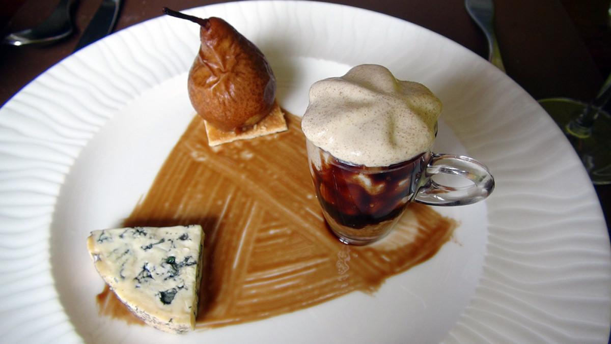 La poire naine, compotée d'échalotes, fourme d'Ambert et mousse de pain