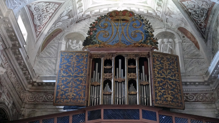 Le buffet d'orgue polychrome  et l'orgue historique de la Corse