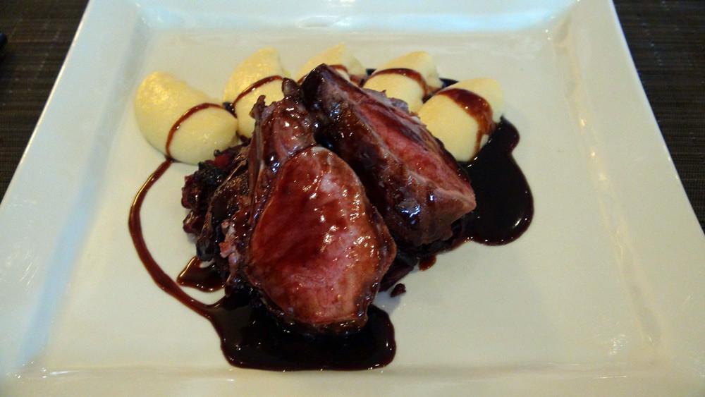 Carré de sanglier rôti au sautoir, pommes de terre mousseline, compotée de chou-rouge, sauce grand veneur