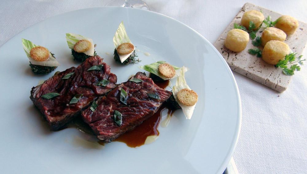 """Onglet de boeuf Charolais cuit au sautoir, pommes """"bouchons"""", champignons blancs & estragon"""