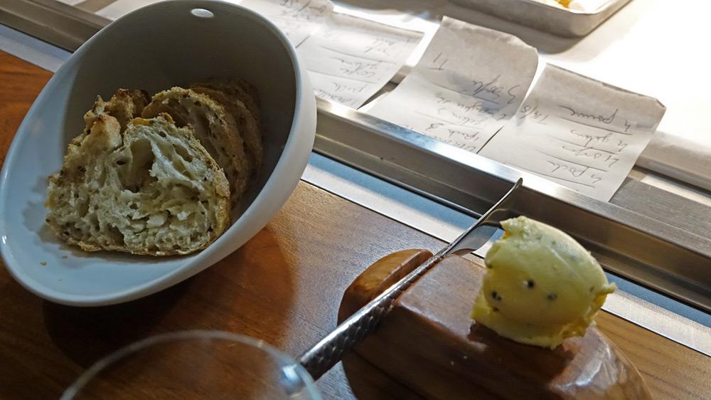 Pain aux graines de lin de chez Marlau à Chailles et Beurre au caviar