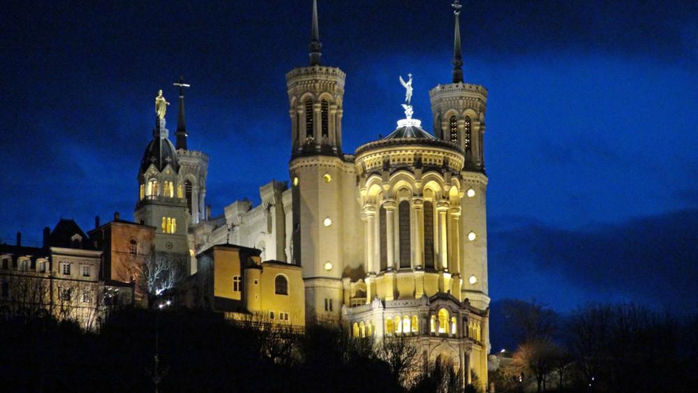 Visite des Traboules : vue nocturne sur Fourvière et sa Basilique