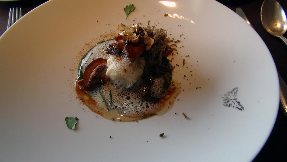 Nouilles de céleri rave, champignons du massif et jus à l'huile de truffe