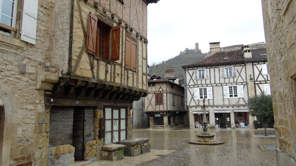 Saint-Céré : vers la place Mercarial, la place médiévale de cette cité