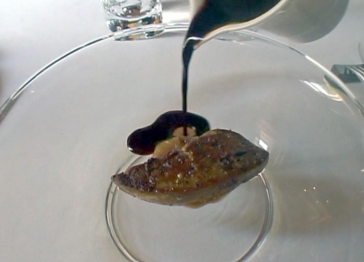Foie gras de canard poêlé compotée de rhubarbe infusée à l'orange