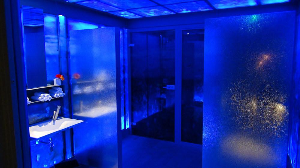 Lumière bleutée dans les toilettes dames