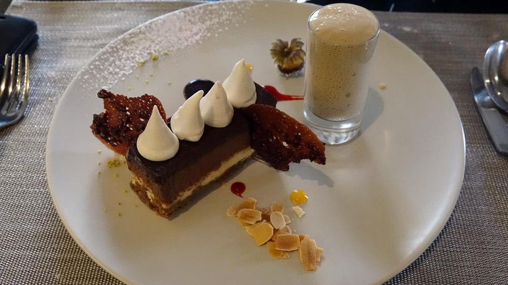 Opéra alliant le chocolat et la caramel, crème anglaise mousseuse au café