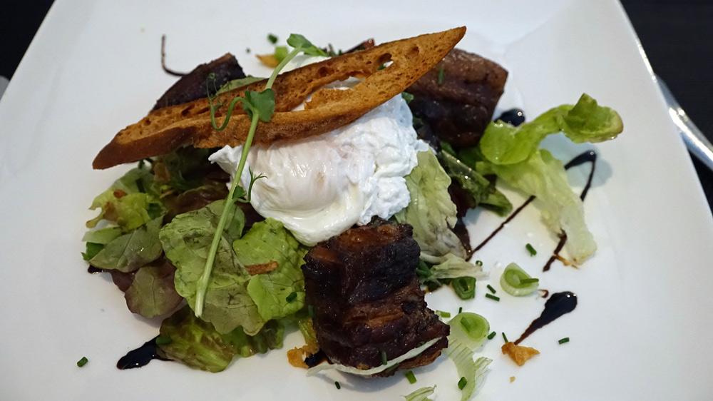 Salade de rillons au porc fermier et œuf poché