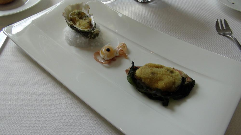 Huître rôtie dans sa coquille, oeuf de caille sur une compotée d'échalote, et tête de veau aux algues
