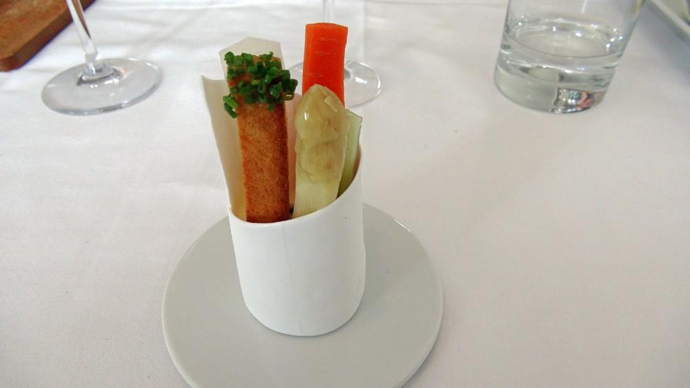 Asperge blanche, carotte, céleri, miette de pain et mayonnaise légère