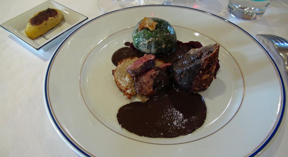 Col-vert en deux cuissons, lièvre en cromesqui, betterave rouge relevée, petite charlotte aux cèpes