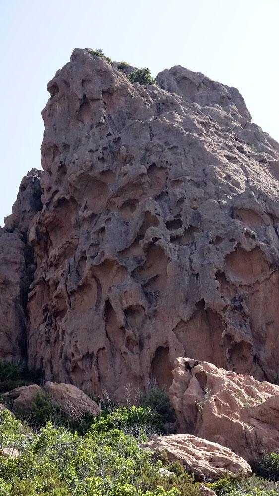 Sur la route du col de Bavella, le granit comme parcheminé par l'érosion