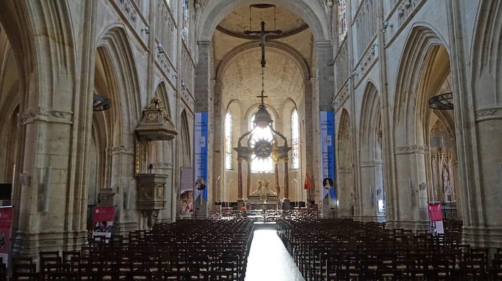 La nef et ses 5 travées rénovées en 2004/2005