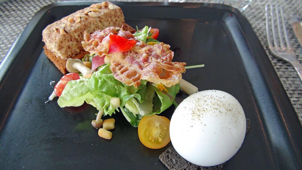 L'œuf bio de la ferme, royale de chèvre frais, collection de salade de saison,