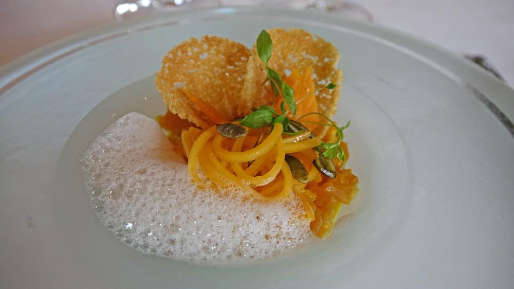 """Le butternut, comme un risotto, agrumes et safran """"cœur val de Loire"""", copeaux de vieille mimolette"""