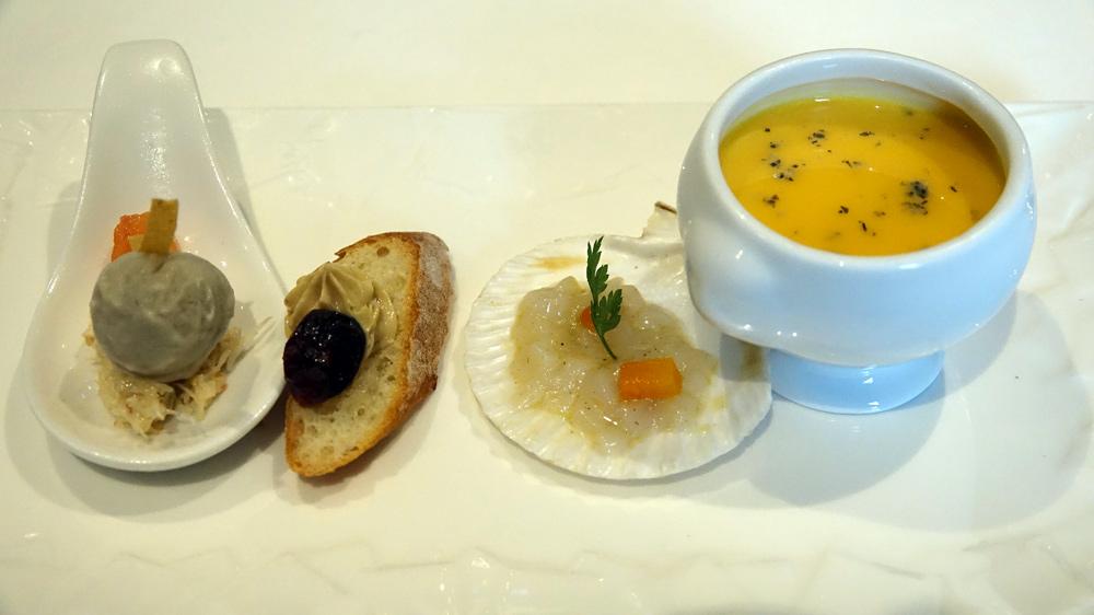 Amuse-bouche : Chair de tourteau & sorbet artichaut -Toast croquant foie gras/cranberry - Saint-Jacques crue légèrement fumée, potimarron - Soupe de potimarron